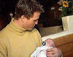 Счастливый отец Ральф с сыном